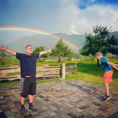 Im Regen tanzen und den Moment genießen.