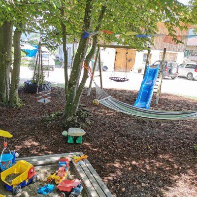 Spielplatz unter dem Blätterdach.